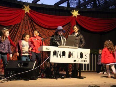 Almedinilla celebra su mercado navideño con puestos de artesanía, dulces navideños, talleres infantiles y entrega de cartas a los Reyes Magos