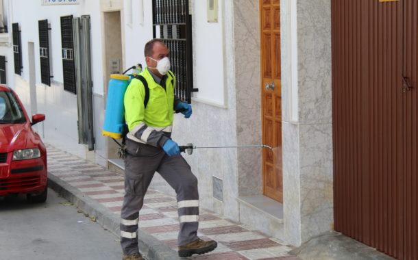 El Ayuntamiento de Almedinilla comienza a fumigar exteriores de casas, zaguanes, terrazas, vías y espacios públicos
