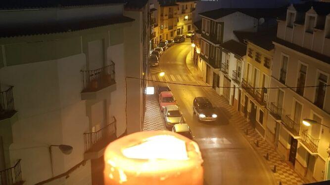 Luto oficial y velas encendidas en los balcones de Carcabuey por la muerte de Acisclo Pérez