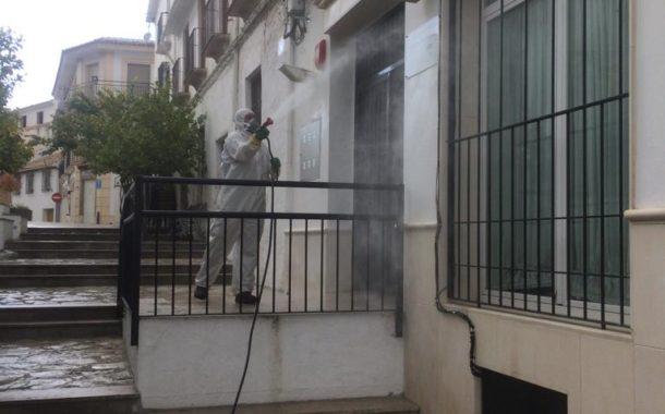 El Ayuntamiento de Almedinilla, con la colaboración de vecinos, sigue con las labores de desinfección