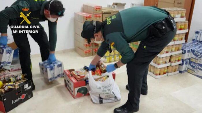 La Guardia Civil traslada alimentos a 14 familias de Carcabuey