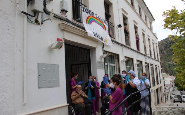 Emotivo homenaje a la Residencia de Mayores de Almedinilla por la lucha contra el coronavirus