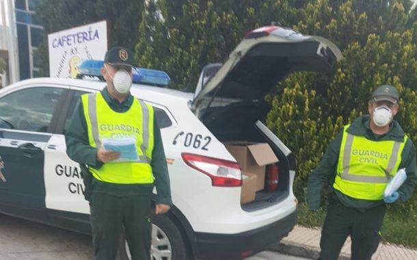 La Guardia Civil entrega mascarillas en los accesos al Polígono Industrial
