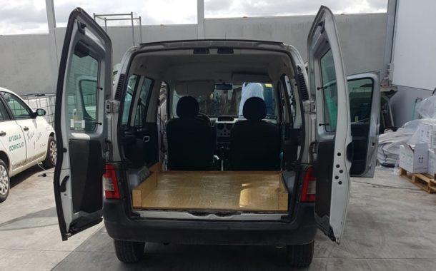 La empresa REYES LIMPIEZA desinfecta vehículos de sanitarios, ayuntamiento, ayuda domicilio y de actividades esenciales