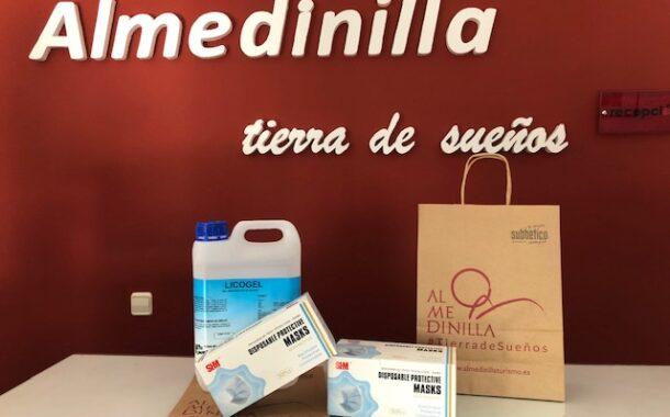 Reparto de mascarillas y líquido desinfectante a establecimientos turísticos de Almedinilla