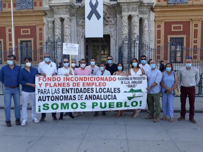 Las entidades locales autónomas andaluzas se congregan ante las puertas del Parlamento de Andalucía