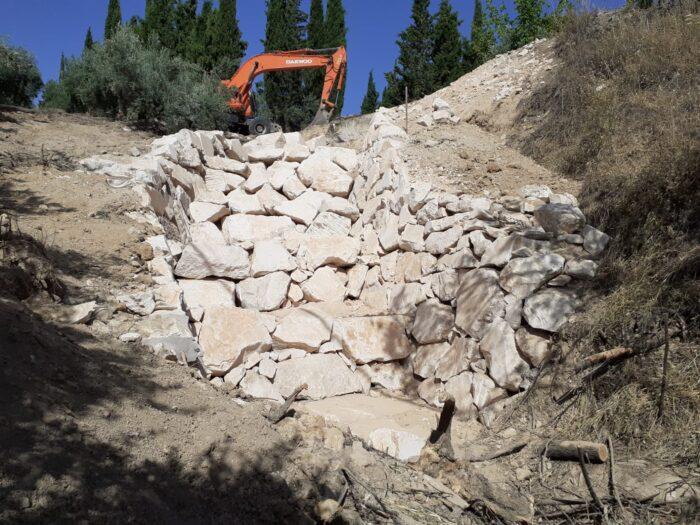 La Junta de Andalucía repara la desembocadura de un canal de hormigón en el pk 37,26 de la carretera A-339 a su paso por Almedinilla