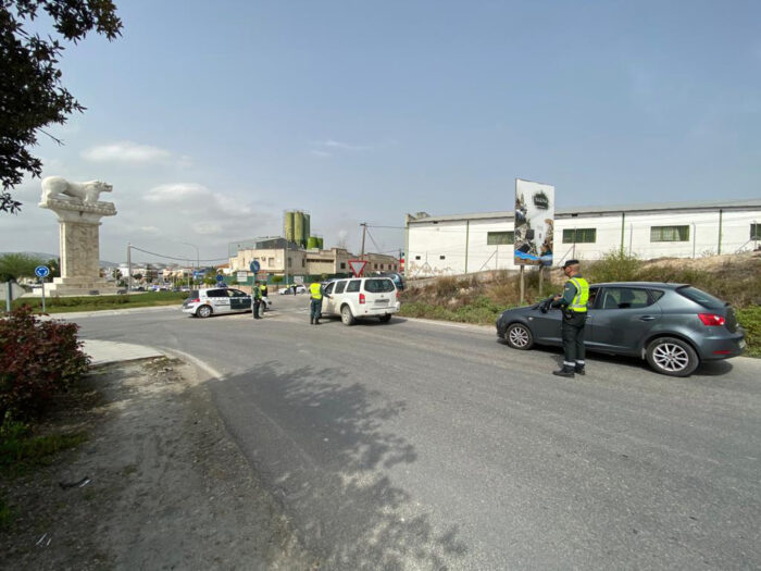La Guardia Civil ha detenido a cinco personas como supuestas autoras de varios delitos en dos operativos distintos desarrollados en Baena