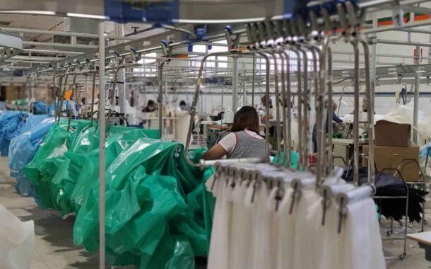 Mascarillas y batas sanitarias dan vida al sector de la confección prieguense durante la pandemia