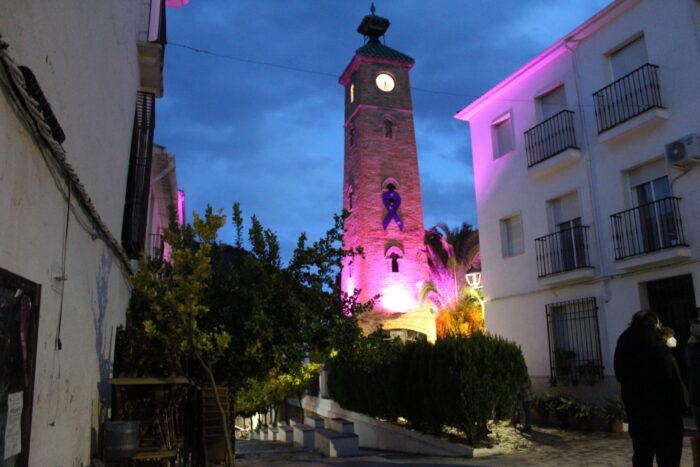 La Torre del Reloj y la fachada del Ayuntamiento de Almedinilla se visten de morado contra la violencia hacia la mujer