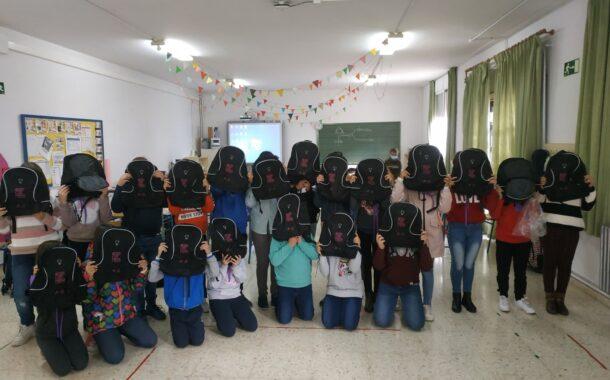 El alumnado de los centros educativos de Almedinilla y sus aldeas recibe una mochila conmemorativa del Día contra la Violencia de Género