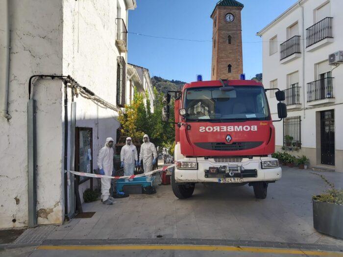 Un equipo de bomberos de Priego desinfecta la Residencia de Mayores de Almedinilla