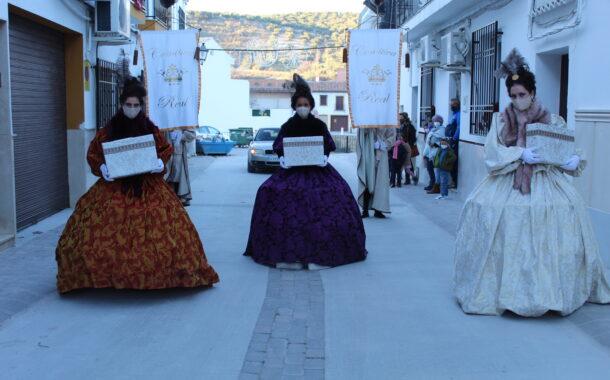 Las Mensajeras Reales recogen las cartas por las calles de Almedinilla