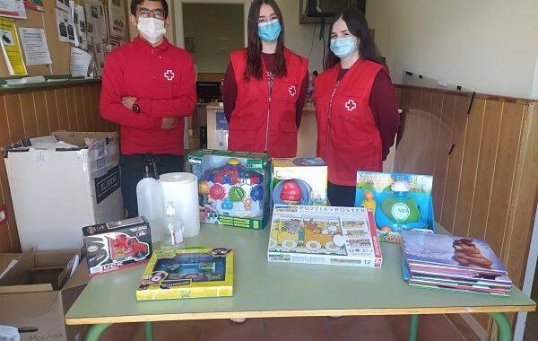 Cruz Roja reparte juguetes a un centenar de menores en Priego, Almedinilla y Carcabuey