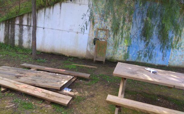 Mesas de merendero destrozadas en en parage Huerto de San Juan
