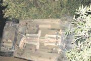 Un automóvil acaba volcado en un olivar