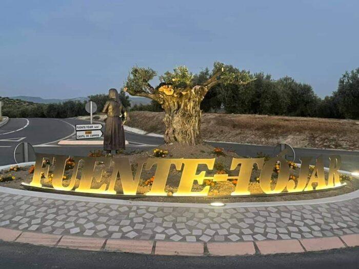Escultura en homenaje a la mujer tojeña aceitunera