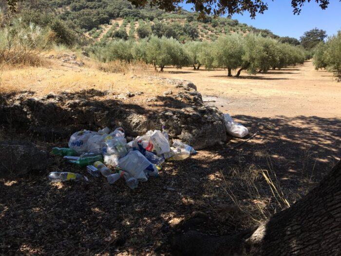 Bolsas de basura en el paraje de Las Llanás