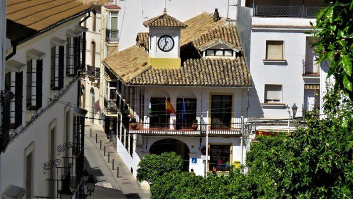 Recogida de firmas en Carcabuey para exigir a Cajasur que se vuelva a atender presencialmente en la sucursal de la localidad