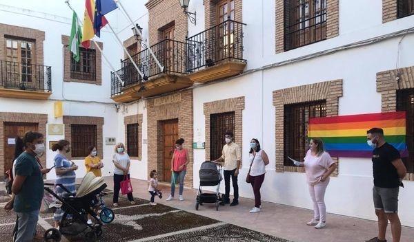 Concentración en protesta y rechazo a todas las agresiones por homofobia delante del Ayuntamiento de Almedinilla