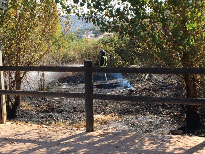 El Infoca y Servicio de bomberos de Priego sofocan un incendio en Fuente Grande